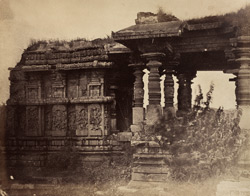 [Close view of the Nandi Pavilion of the Hoysalesvara Temple, Halebid.] 95923